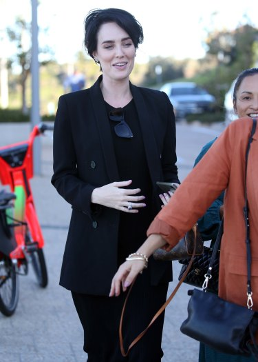 Sarah Budge seen craddling her baby-bump after a low-key babyshower with girlfriends at Icebergs.