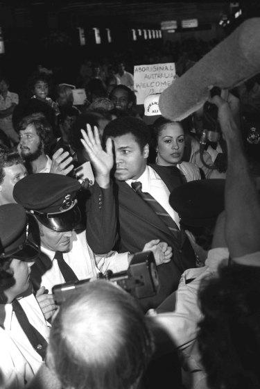 Muhammad Ali mobbed at Sydney Airport.