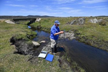 Profesor Geoffrey Hope dari Australian National University menguji kualitas air di dekat Yarrangobilly di Taman Nasional Kosciuszko sebelum kebakaran hutan 2019-20.