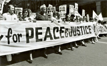 Neville Wran and Tom Uren (third from left) at a nuclear disarmament rally in Sydney on March 23, 1986.
