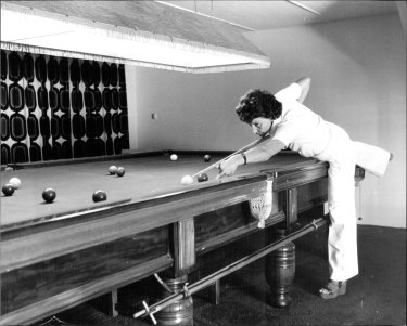 Mrs. Paula Squire, champion female snooker player pictured at Penshurst. December 20, 1977.