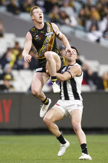 Jack Riewoldt leaps for a mark.
