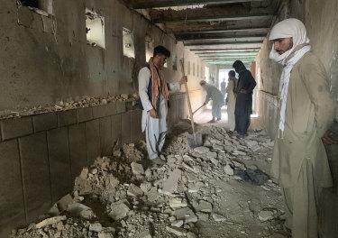 Люди осматривают мечеть изнутри после теракта террористов-смертников в городе Кандагар.