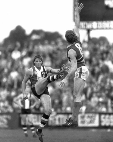 Tony Lockett in 1987, kicking goal 100 for the season at Moorabbin.