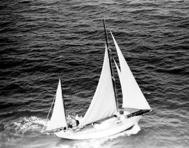 Wayfarer, difoto dari udara pada 29 Desember 1945 di lepas pantai Australia selama Balapan Yacht Sydney ke Hobart. Wayfarer, yang terakhir finis, masih memegang rekor waktu terlama untuk menyelesaikan balapan.