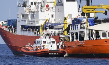 Migrants are transferred to Spanish boats.