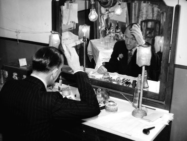 Noel Coward getting ready to perform at the Theatre Royal in Sydney on 20 November 1940.