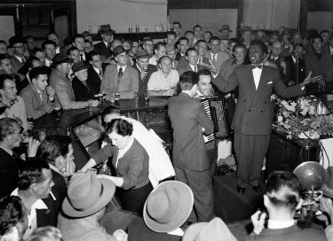 Nellie Small entertains the crowd at the Hotel Castlereagh on 20 August 1954.