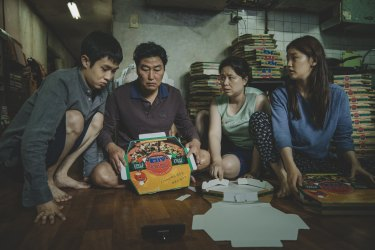 A poor family must rely on its wits to escape a smelly basement flat in Parasite.