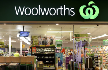 Woolworths workers have agreed to a new enterprise agreement which will restore minimum retail award rates.