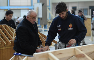 A master and apprentice carpenter are seen at Holmesglen TAFE Chadstone campus in 2017.