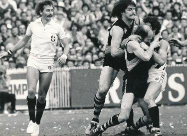 Umpire Ian Robinson officiates the 1980 grand final.