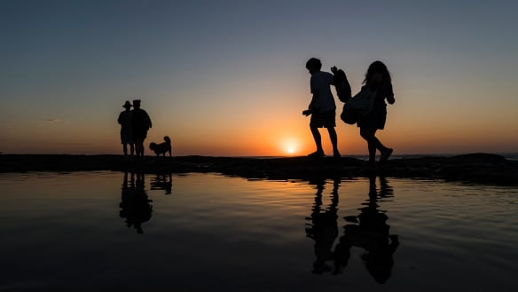 Sydney's warm, dry spell to extend another week as El Nino risks rise