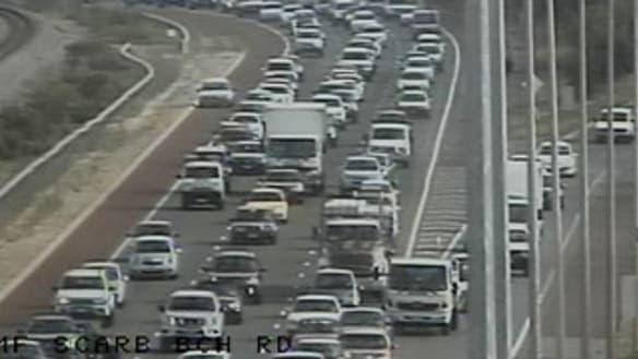 Traffic chaos as crash closes Mitchell Freeway