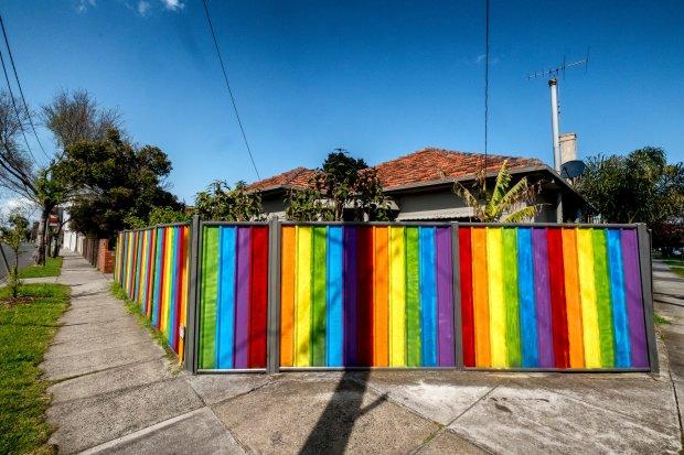 """在亚拉维尔的弗朗西斯街(Francis Street),彩虹色的栅栏环绕着一栋房子。""""这就像过去的拜伦湾一样,""""一位居民说。Luis Ascui"""