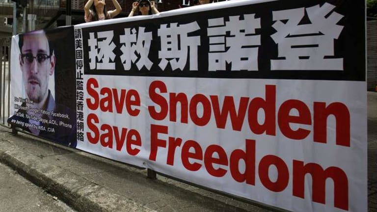 A poster supporting Edward Snowden, a former contractor at the National Security Agency (NSA) who leaked revelations of U.S. electronic surveillance, is displayed at Hong Kong's financial central district June 17, 2013.