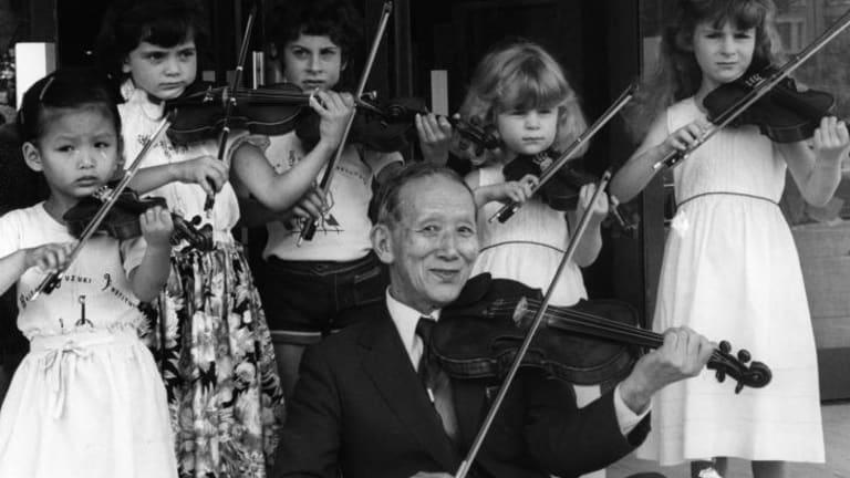 1980: Dr Shinichi Suzuki and some young violinists demonstrate the Suzuki technique.