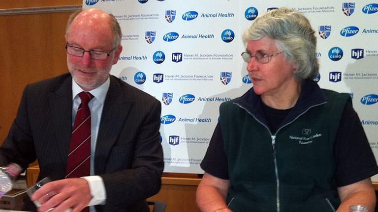 Australian Veterinarian Association president Ben Gardiner and CSIRO researcher Deborah Middleton.
