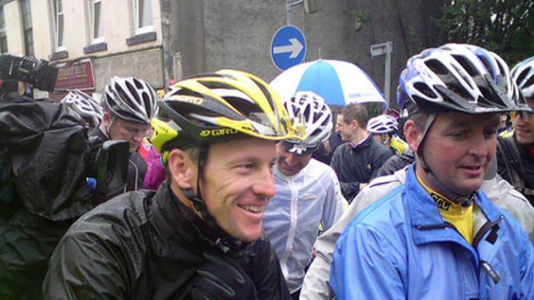Lance Armstrong leads the pack in Glasgow.