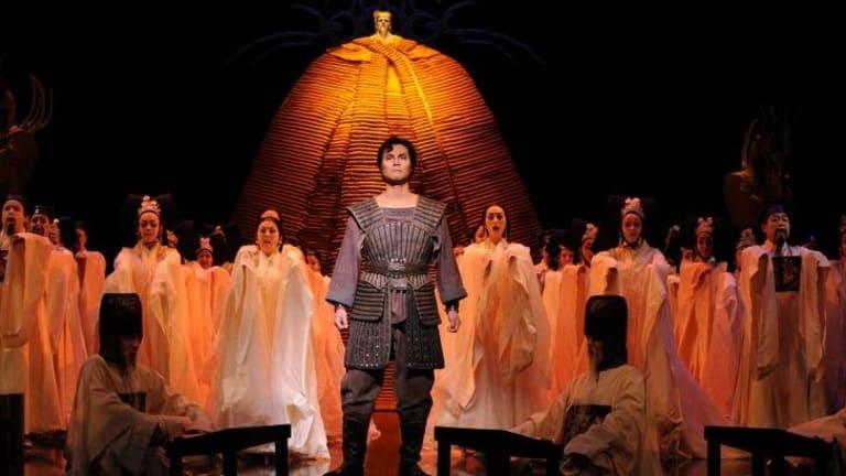 Yonghoon Lee and the Opera Australia Chorus and Children's Chorus in <i>Turandot</i>.