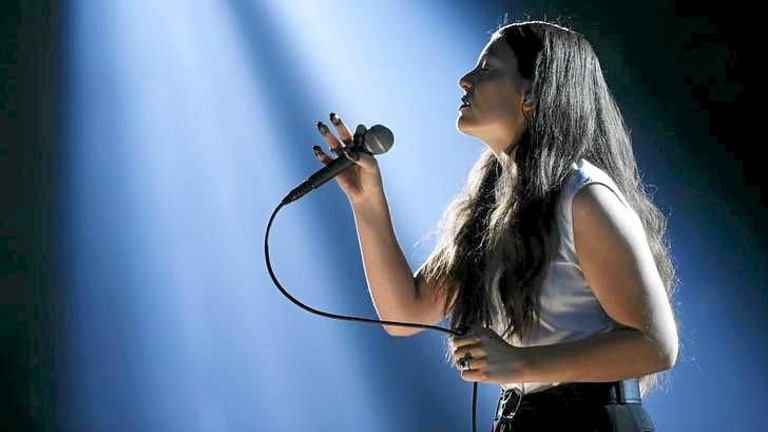 Lorde wants to control the microphone.