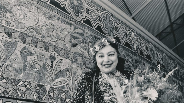 Mirka Mora unveils her mural at Flinders Street Station in 1986.