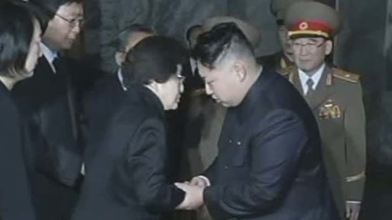 Condolences … Lee Hee-ho meets Kim Jong-un.