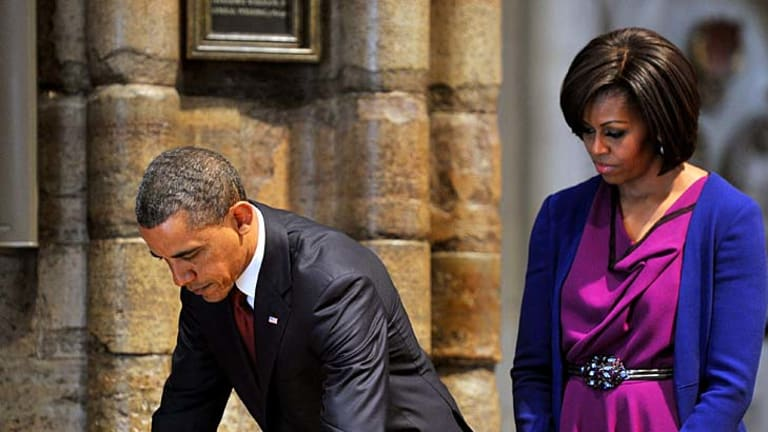 US President Barack Obama signs the distinguished visitors' book at Westminster Abbey.