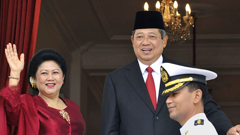 Not happy ... the Indonesian President, Susilo Bambang Yudhoyono, with   his wife, Kristiani Herawati, says the corruption allegations are lies.