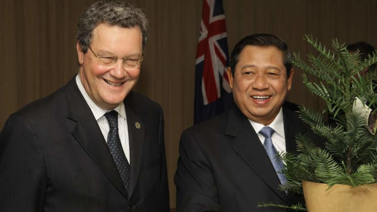 Former minister of foreign affairs Alexander Downer, and Indonesian President Susilo Bambang Yudhoyono mark the Forests Partnership to reduce greenhouse gas emissions in Sydney in 2007.