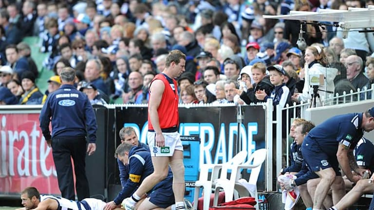 Steve Johnson makes his way to the bench after injuring his knee.