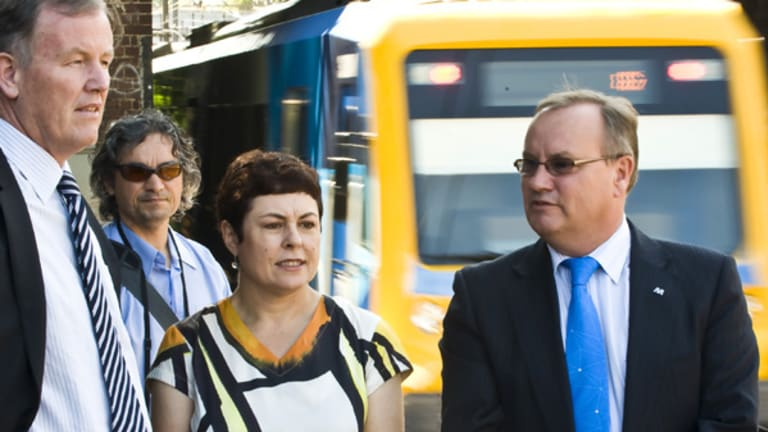Rob Hulls and Transport Minister Lynne Kosky inspect a Metro train.