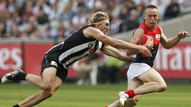 Number one draft pick Tom Scully evades Dale Thomas.