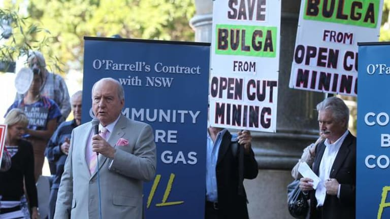 Alan Jones addresses the crowds outside the NSW Supreme Court.
