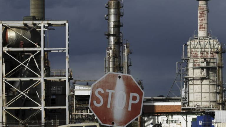 Caltex has announced it will close the refinery in Kurnell, cutting 330 jobs and several hundred contract positions.