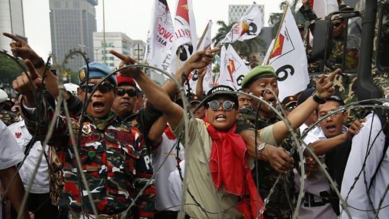 Failed to break through: Supporters of Prabowo Subianto.