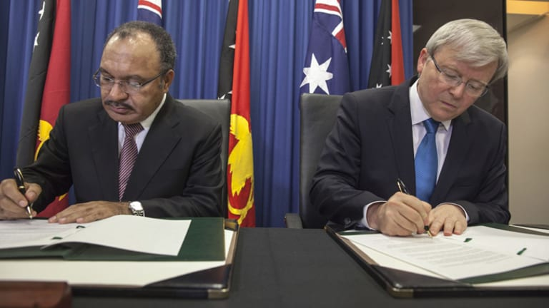 PNG's Prime Minister Peter O'Neill and Kevin Rudd sign up for a new asylum deal.