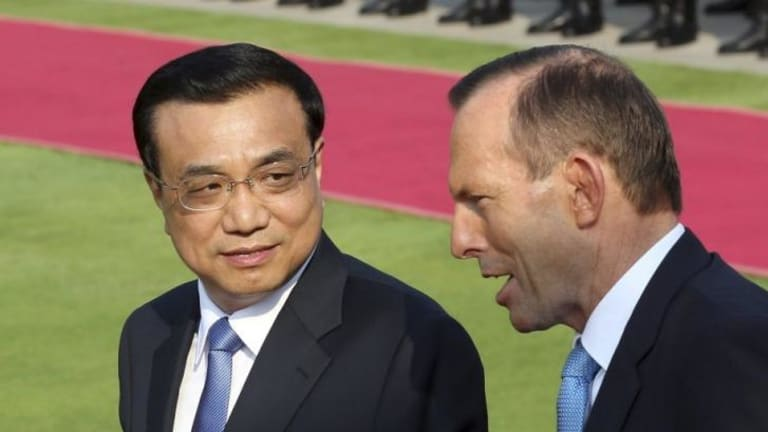 China's Premier Li Keqiang talks to Prime Minister Tony Abbott.