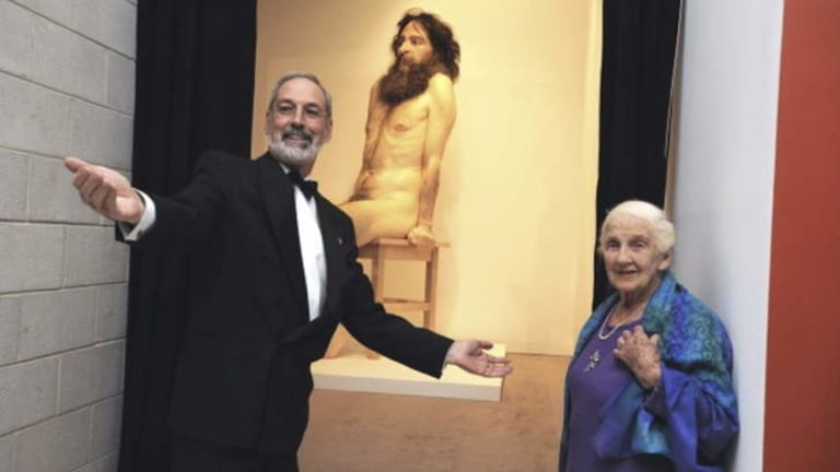 Robert Lindsay and Dame Elisabeth with Ron Mueck's <i>Wild Man.</i>