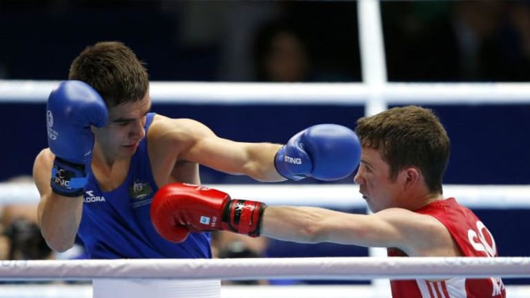 Australia's Andrew Moloney (in blue) controversially beat Scotland's Reece McFadden.