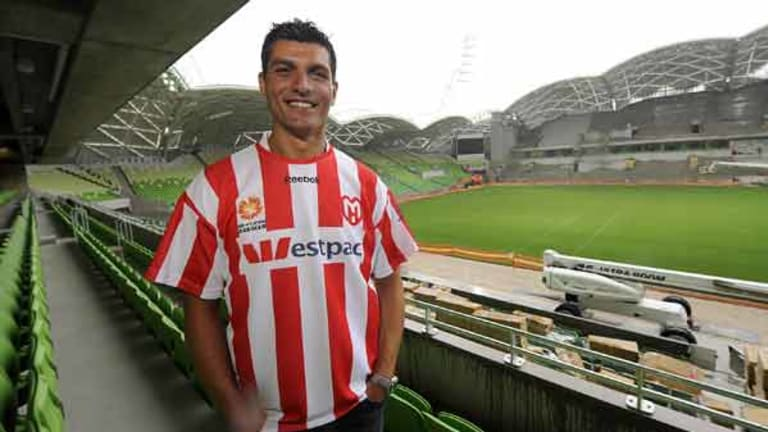 New club signing ... Socceroos star John Aloisi dons the Melbourne Heart skip.