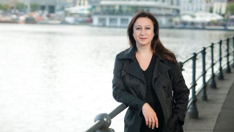 Simone Young is moving to England after a successful decade as general manager of the Hamburg State Opera.