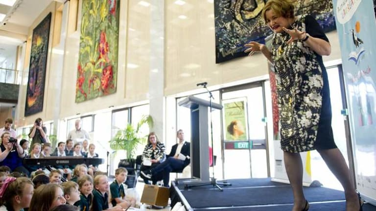 Jackie French speaks to the crowd of children at the National Library of Australia.