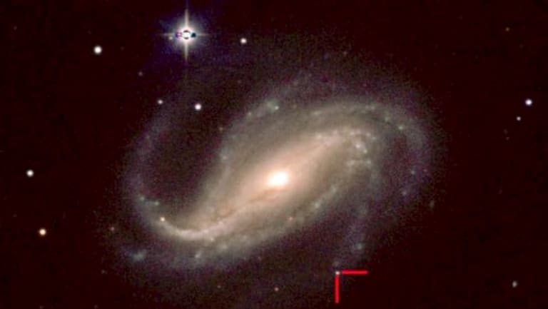 Astronomers captured Supernova 2016gkg, between the two red lines, in the galaxy NGC 613, 80 million light-years from Earth.