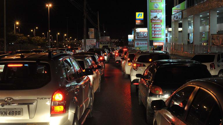 Motorists queue for petrol in Brasilia overnight.