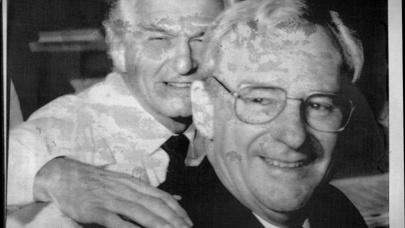 বব হকের সাথে  বিরোধী দলীয় নেতা বিল হেইডেন (Bill Hayden) পাইন গ্যাপের গোপন কক্ষে প্রবেশকারী একমাত্র অস্ট্রেলিয়ান। চিত্রসূত্র: The Sydney Morning Herald