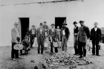Officials and health workers inspect a mound of dead rats during the bubonic plague of 1900-02.