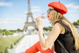 <p>K25EJ2 Woman having a picnic in Paris</p>
