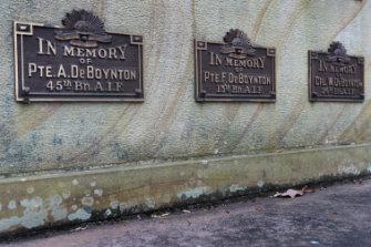 The Berry Cenotaph lists the three De Boynton brothers.
