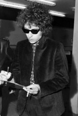 Singer Bob Dylan arrives at Sydney's Mascot Airport on 12 April 1966.